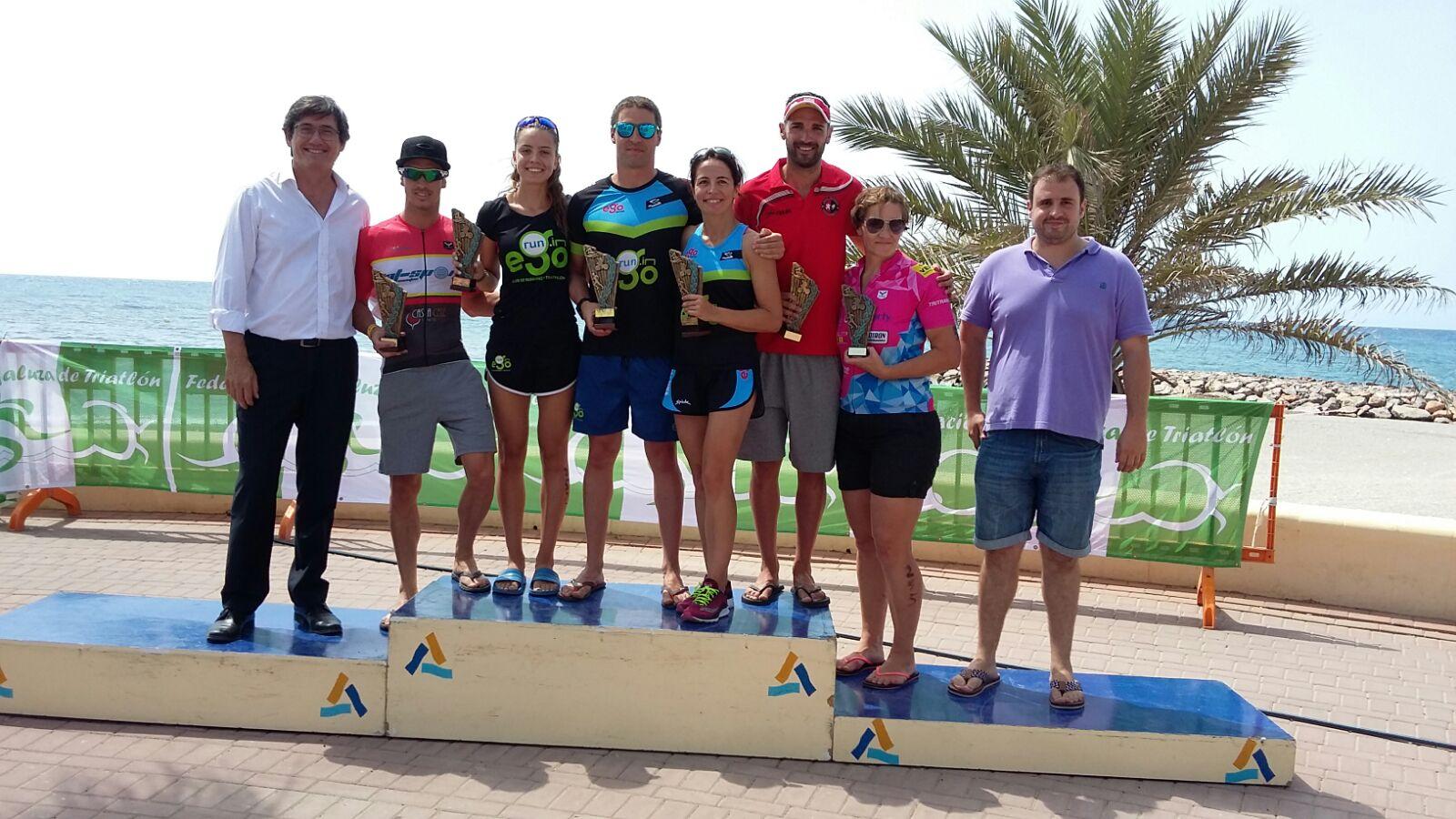 El primer triatlón de Adra reúne a más de un centenar de participantes
