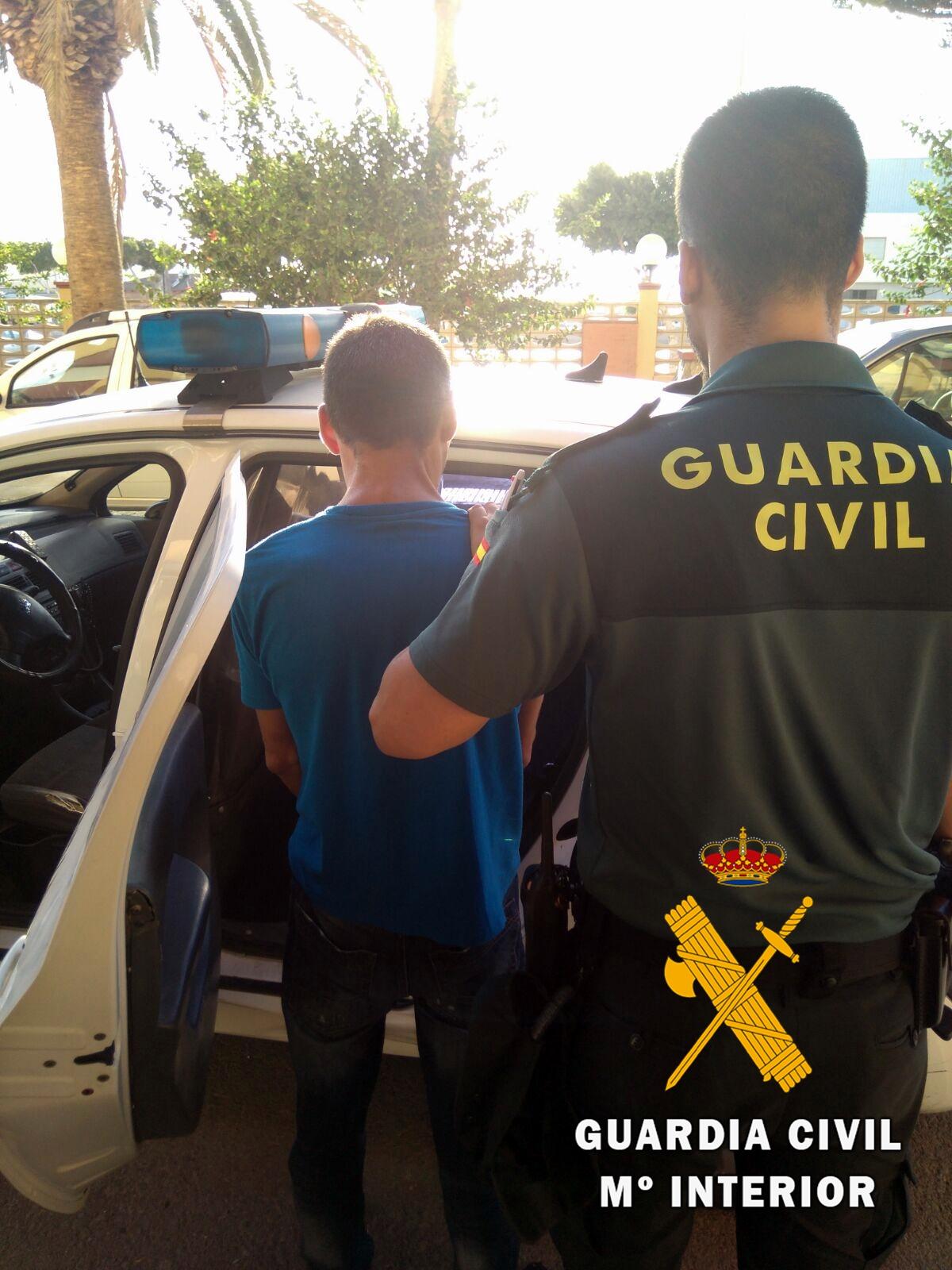 La Guardia Civil detiene a un vecino de Adra que portaba una tableta de hachís y que pateó a los agentes