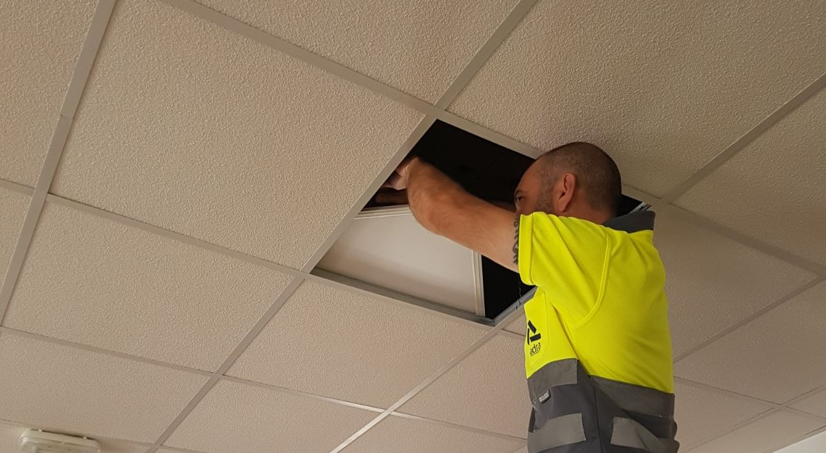 El Ayuntamiento de Adra sustituye en sus edificios un centenar de placas fluorescentes por pantallas LED