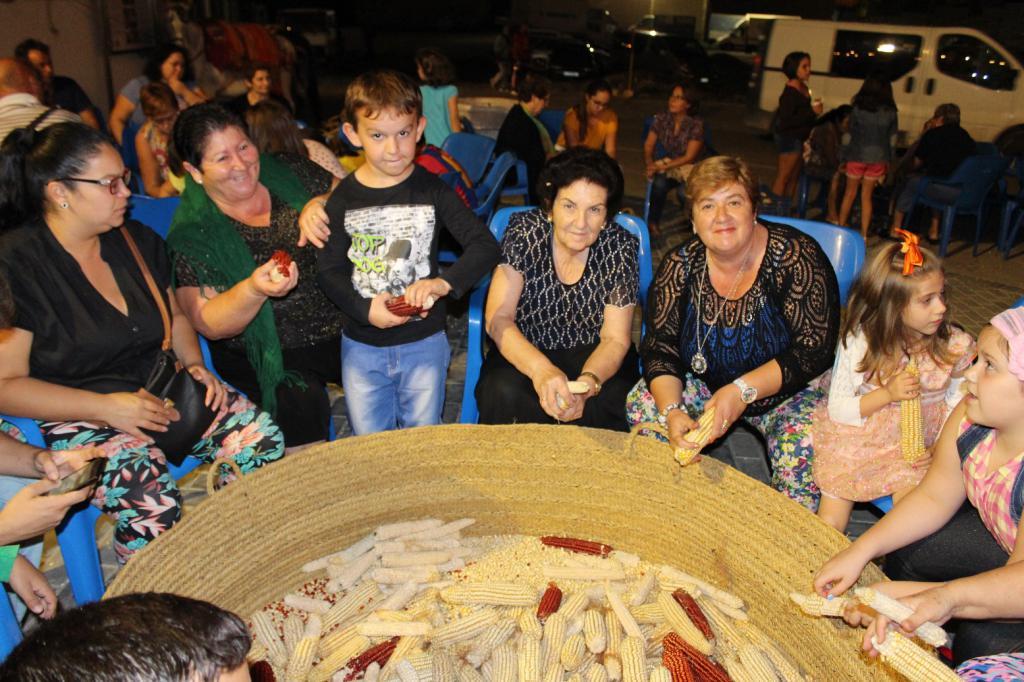 El tradicional 'desgranijo' vuelve este sábado al Molino del Lugar de Adra