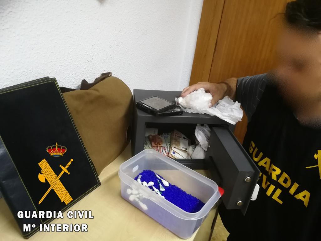 La Guardia Civil desmantela un punto de venta de cocaína en Adra y detiene a dos personas
