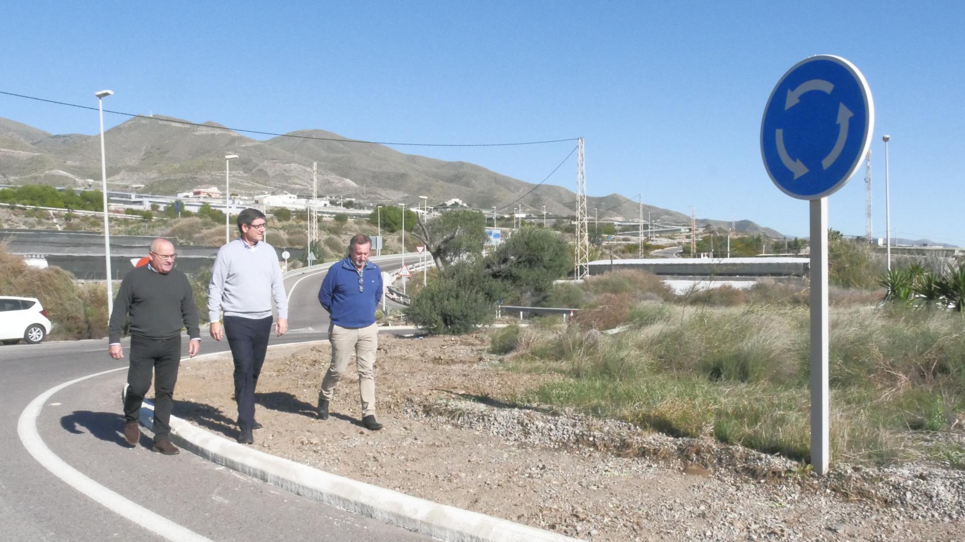 Obras de mejora y embellecimiento en el acceso de la A-7 a Adra por Guainos