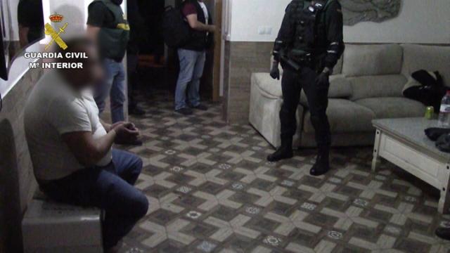 La Guardia Civil registra un domicilio en Adra relacionado con una trama de falsificación de moneda y tráfico de drogas