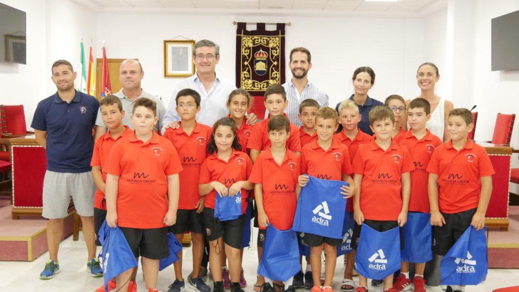 alcalde recibe a los chicos del CDB Adra