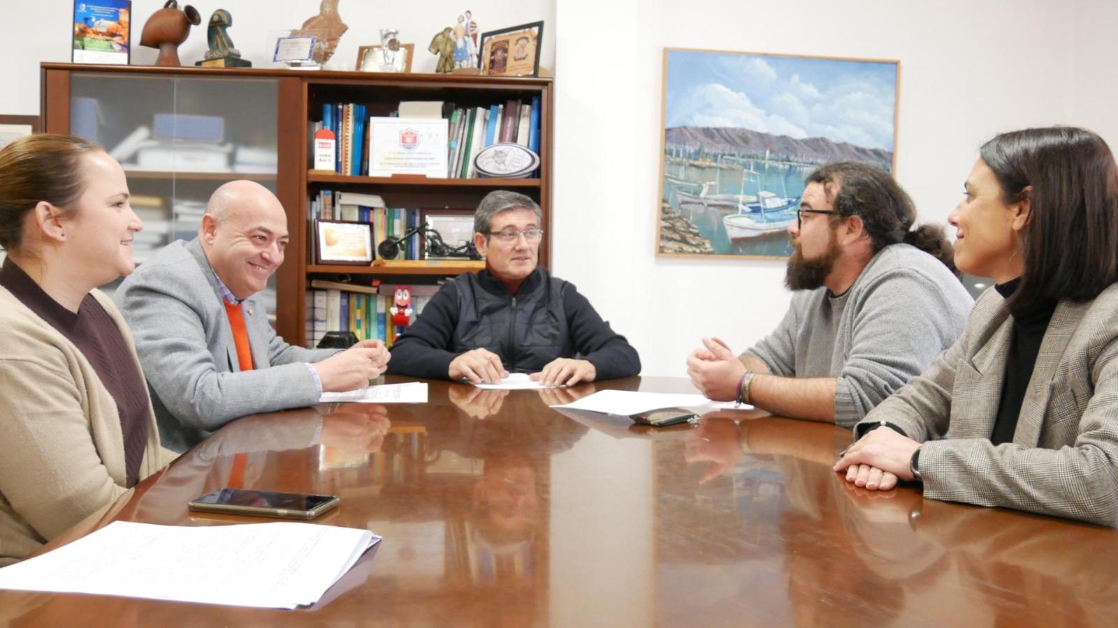 Manuel Cortés firma el convenio para que el Juergas Rock aterrice un verano más en la ciudad de Adra