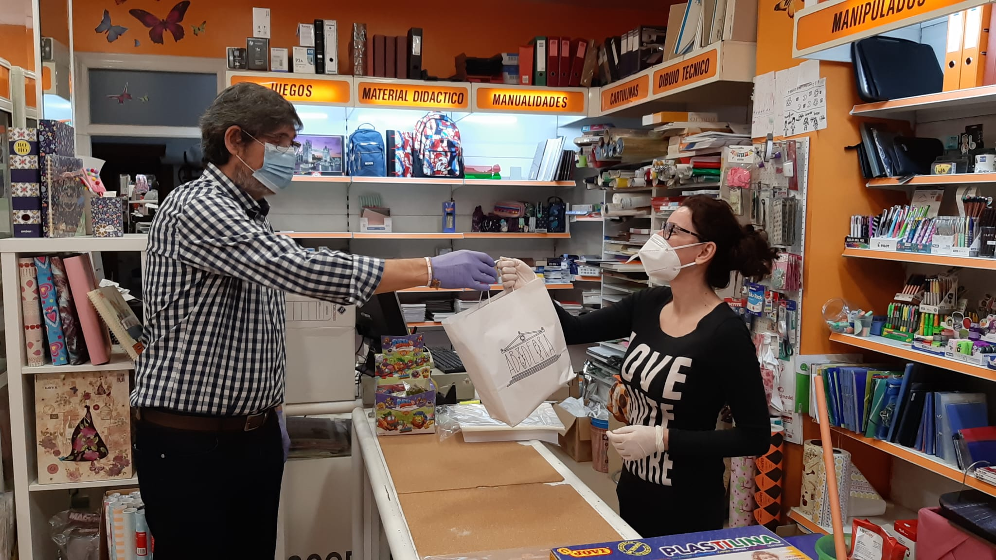 El Ayuntamiento de Adra comienza a entregar kits de protección entre los comercios locales
