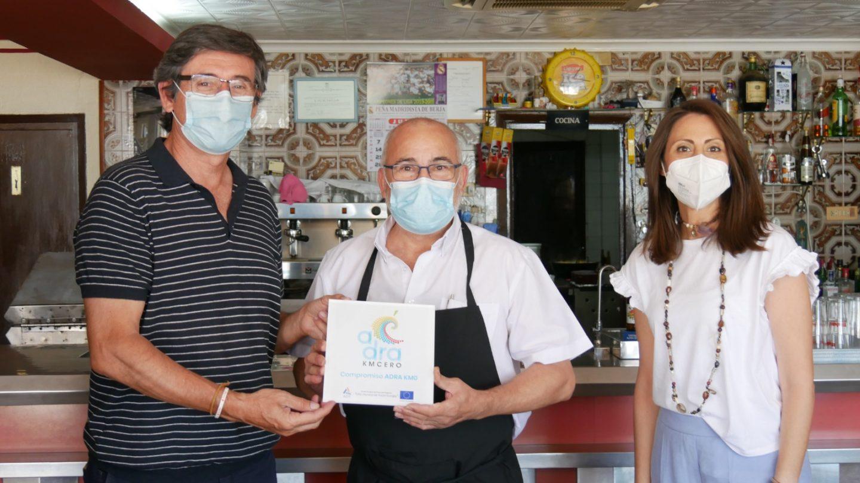 Hosteleros del 'KMCERO' lucen ya su placa que identifica su compromiso con el producto de Adra