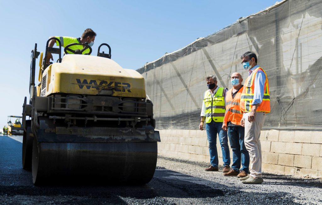 Visita a las obras de mejora de caminos rurales en Adra