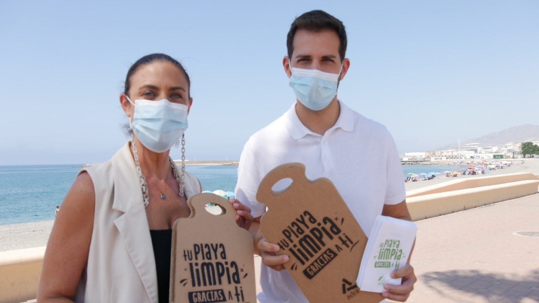 Adra apela a la colaboración ciudadana con la campaña 'Tu playa limpia gracias a ti'